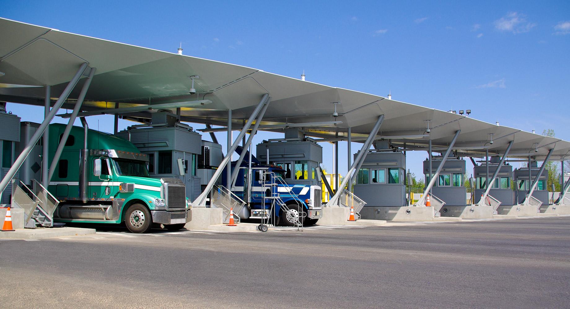 Camiones cruzando una frontera