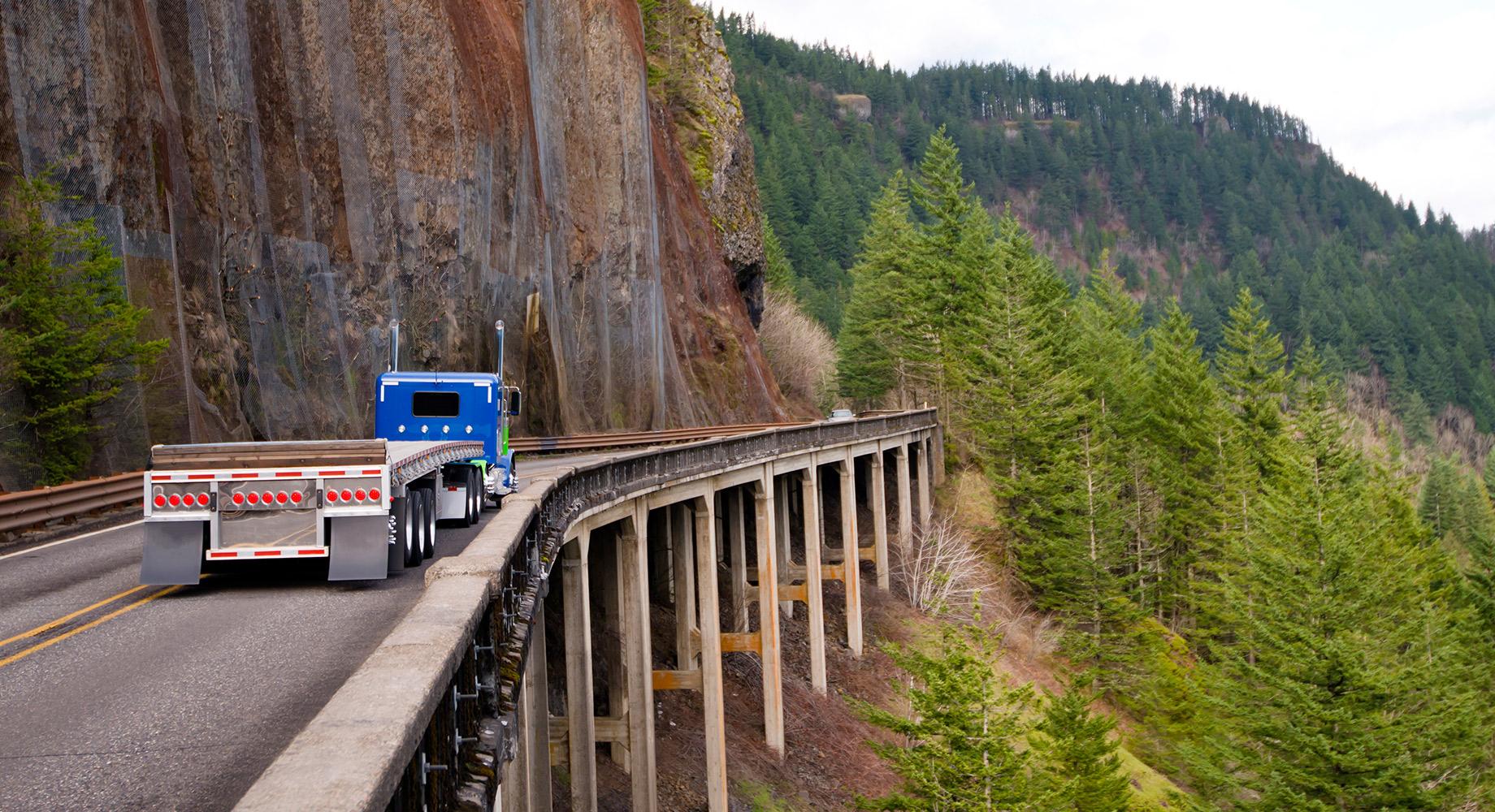 Camión yendo a campo traviesa